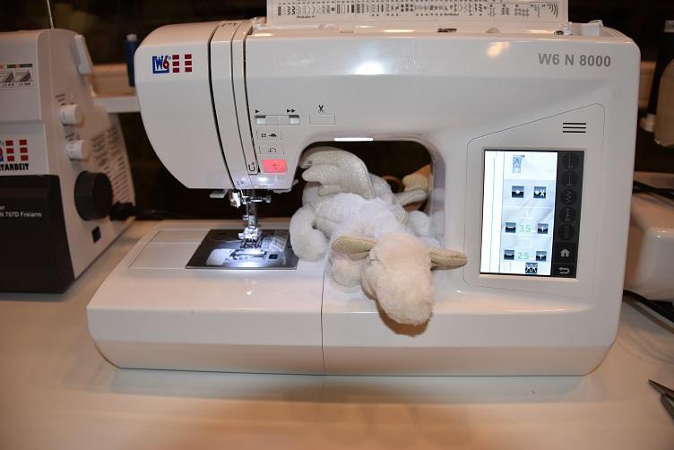 Frosty inspiziert die Nähmaschine