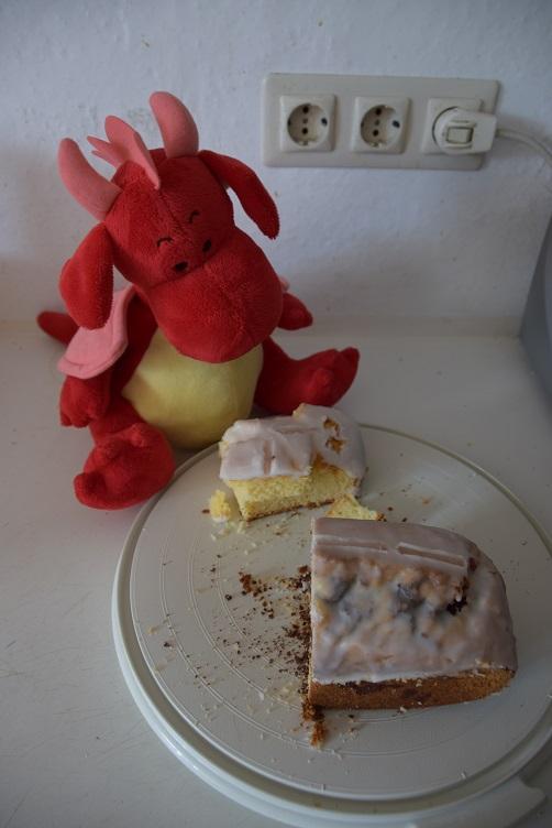 Rosa begutachtet die Kuchenreste