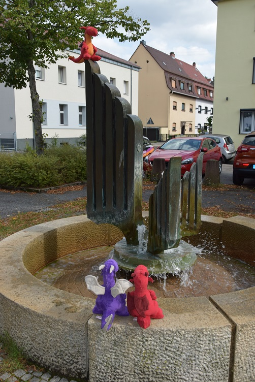 Ruby, Violetta und Chilli am Brunnen
