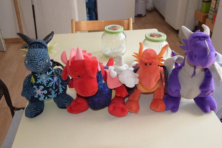 Die fleißigen Backdrachen Rosa, Kiwii, Frosty, Eldur und Violetta
