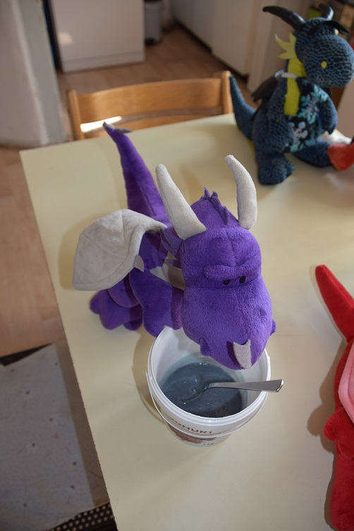 Violetta ist unzufrieden mit dem violetten Teig