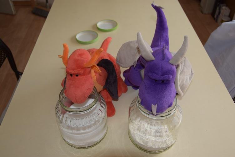 Eldur und Violetta mit Mehl und Zucker