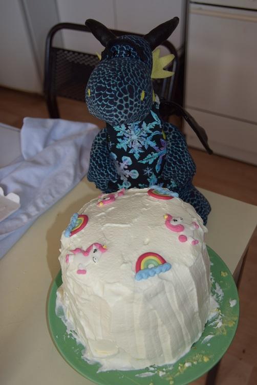 Kiwii dekoriert die Torte