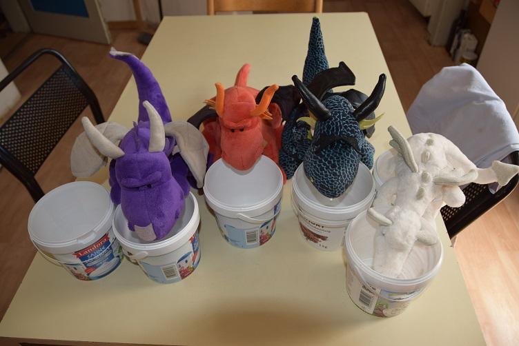 Violetta, Eldur, Kiwii und Frosty mit den Joghurtbechern