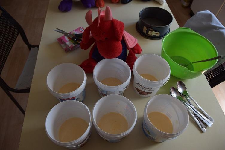 Rosa füllt Teig in die Joghurtbecher