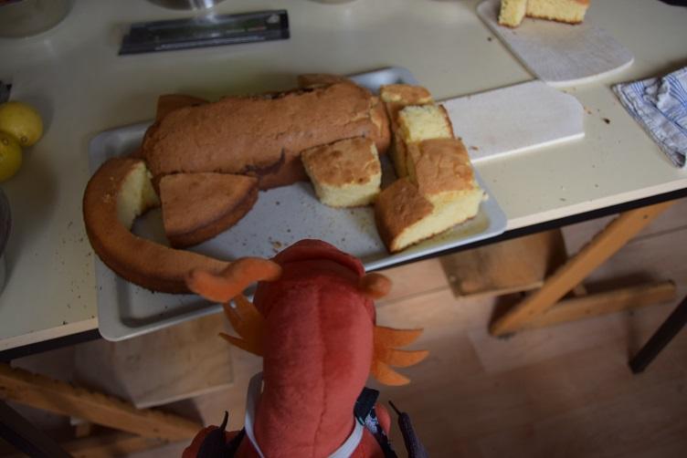 Aus den beiden Kuchen wird ein Drachenkuchen zusammengesetzt.