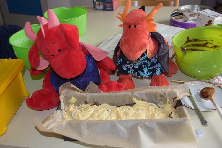 Eldur und Rosa bereiten einen Marmorkuchen vor