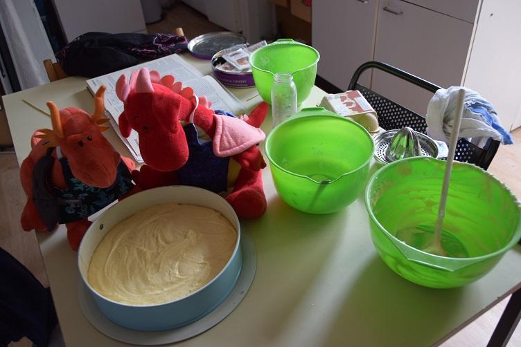 Rosa und Eldur füllen Zitronenkuchen in die Springform