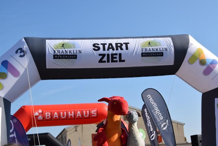 Saphira und Chilli im Start/Zielbereich des Franklin Meilenlaufs